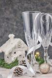 Composizione con le decorazioni di Natale Vetri vuoti del champagne nuovo anno, tema della tavola vista orizzontale, fine - su Na fotografie stock