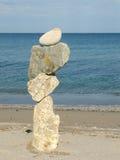 Composizione con le pietre ed il mare differenti Fotografie Stock Libere da Diritti