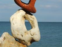 Composizione con le pietre ed il mare differenti Immagini Stock