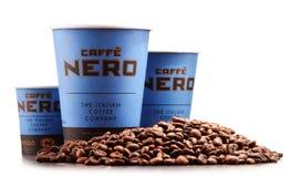 Composizione con le tazze del caffè e dei fagioli di Caffe Nerone Fotografia Stock