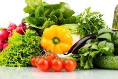 Composizione con le verdure grezze isolate su bianco Immagine Stock