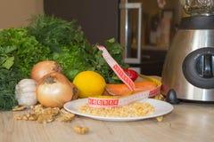 Composizione con le verdure organiche crude assortite Dieta della disintossicazione Immagini Stock