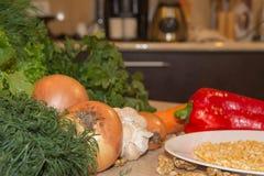 Composizione con le verdure organiche crude assortite Dieta della disintossicazione Fotografie Stock Libere da Diritti