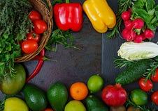 Composizione con le verdure organiche crude assortite e la frutta Fotografie Stock Libere da Diritti