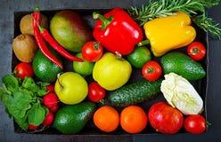 Composizione con le verdure organiche crude assortite e la frutta Fotografia Stock