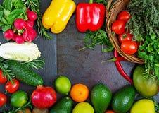 Composizione con le verdure organiche crude assortite e la frutta Det Immagini Stock
