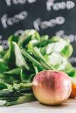 Composizione con le verdure organiche crude assortite e la frutta Det Fotografia Stock
