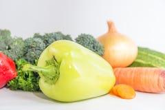 Composizione con le verdure organiche crude assortite su fondo bianco Fotografie Stock