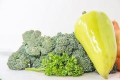 Composizione con le verdure organiche crude assortite su fondo bianco Immagini Stock Libere da Diritti