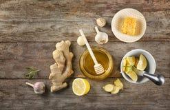 Composizione con miele ed aglio come rimedi freddi naturali fotografia stock