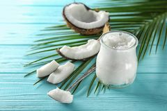Composizione con olio di cocco sul fondo di colore fotografie stock libere da diritti