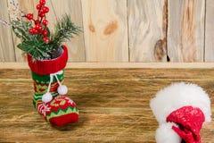 Composizione con un calzino di natale e un cappuccio di Santa di rosso, contro la bugia Fotografie Stock