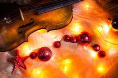 composizione con un vecchio violino nei colori scuri fotografia stock