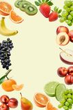 Composizione con una grande varietà di frutti differenti intorno ai bordi del telaio Posto per testo nel mezzo immagini stock