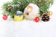 Composizione con una pecora - un simbolo nel nuovo anno di 2015 sulla caloria orientale Fotografie Stock