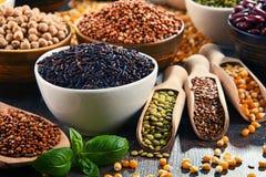 Composizione con varietà di ingredienti alimentari vegetariani fotografie stock libere da diritti
