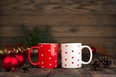 Composizione in concetto di Natale con una coppia di tazze Immagine Stock