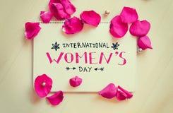 Composizione d'annata delle donne di giorno internazionale del ` s della nota di saluto con iscrizione Immagine Stock