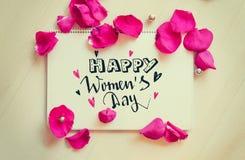 Composizione d'annata delle donne di giorno internazionale del ` s della nota di saluto con iscrizione Immagini Stock