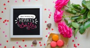 Composizione d'annata di giorno del ` s del biglietto di S. Valentino della st del telaio bianco della foto, mazzo rosa delle ros Fotografia Stock Libera da Diritti