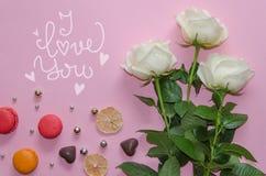 Composizione d'annata di giorno del ` s del biglietto di S. Valentino della st delle rose bianche, macarons fotografia stock libera da diritti