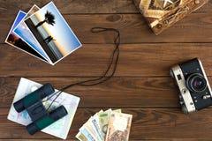 Composizione d'annata in memorie di viaggio con le immagini ed il binocolo di colore Immagini Stock Libere da Diritti
