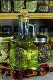 Composizione dai barattoli di pepe e della foglia di alloro, bottiglia con l'olio di girasole Fotografia Stock Libera da Diritti