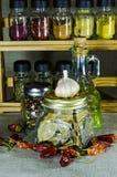 Composizione dai barattoli di pepe e foglia di alloro, bottiglia con l'olio di girasole e peperoncino rosso ed aglio del pepe Fotografie Stock Libere da Diritti