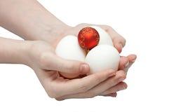 Composizione dalle uova e da una sfera del nuovo anno Fotografie Stock Libere da Diritti