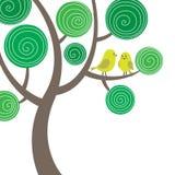 Composizione decorativa con due uccelli sull'albero Fotografie Stock