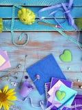 Composizione decorativa con una tavolozza viola dei cuori, dei fiori, di artistico e cancelleria, natura morta stagionale su un l immagine stock