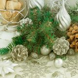 Composizione decorativa in Natale con gli elementi tradizionali della festa fotografie stock libere da diritti