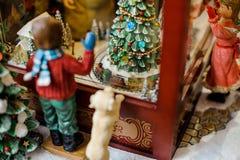Composizione decorativa nel giocattolo di Natale che consiste dei bambini vicino al negozio del giocattolo Fotografia Stock