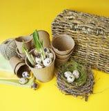 Composizione decorativa in Pasqua su un fondo giallo Nido con le uova di quaglie immagini stock libere da diritti