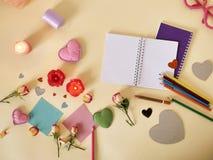 Composizione decorativa per le congratulazioni con i biglietti di S. Valentino, nozze, compleanno fotografia stock