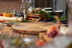Composizione degli alimenti dagli ortaggi freschi, dal condimento e dalle erbe sulla tavola di legno Verdura ed ingrediente del p fotografia stock