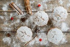 Composizione degli alimenti di inverno di Natale: dolci in zucchero a velo con il mirtillo rosso e la cannella Fotografia Stock