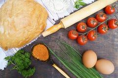 Composizione degli alimenti Pane, pomodori, uova, burro, farina, cipolla, aglio, prezzemolo, spezie Fotografia Stock