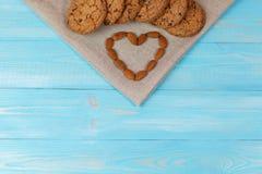 Composizione dei biscotti e delle mandorle sui precedenti di legno blu Concetto di amore Fotografie Stock Libere da Diritti