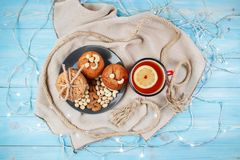 Composizione dei biscotti, dei muffin e della tazza saporiti di tè sul blu di legno Vista superiore Fotografie Stock Libere da Diritti
