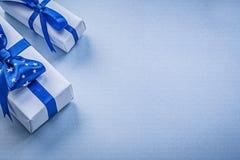 Composizione dei contenitori di regalo sul concetto blu di feste del fondo Fotografia Stock Libera da Diritti