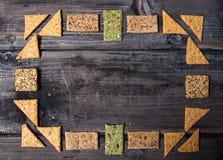 Composizione dei cracker integrali con i semi sani fotografia stock libera da diritti