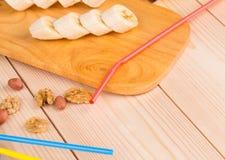 Composizione dei dadi e della banana affettata Fotografie Stock Libere da Diritti
