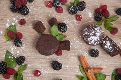 Composizione dei dolci con le bacche fresche Fotografia Stock Libera da Diritti