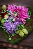 Composizione dei fiori come elemento della decorazione di nozze Immagini Stock Libere da Diritti
