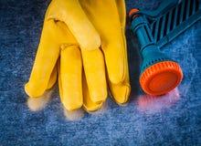 Composizione dei guanti di sicurezza e del agricultu di cuoio dello spruzzatore dell'acqua Immagini Stock Libere da Diritti
