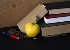 Composizione dei libri, del blocco note, della mela, dell'ufficio e dei vetri Fotografie Stock Libere da Diritti