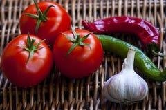 Composizione dei pomodori, dei peperoncini e dell'aglio Fotografie Stock