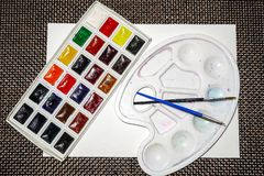 Composizione dei sipplies, del pallete e delle spazzole dell'acquerello fotografie stock