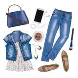 Composizione dei vestiti femminili e degli accessori di estate isolati su bianco Fotografia Stock